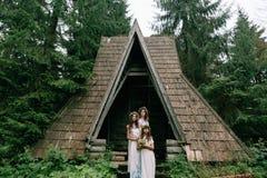 走在湖附近的妈妈和两个女儿 免版税图库摄影