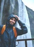 走在瀑布下的远足者妇女在冰岛 库存图片
