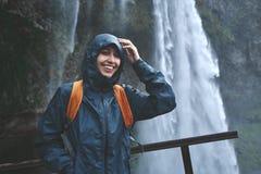 走在瀑布下的远足者妇女在冰岛 库存照片