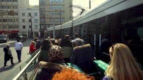 走在火车站的Eminonu区,伊斯坦布尔,土耳其的人们 股票录像