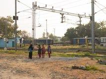 走在火车站附近的Mettupalayam女小学生 免版税库存照片