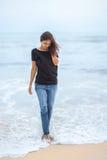 走在热带海滩的孤独的美丽的妇女 免版税库存照片
