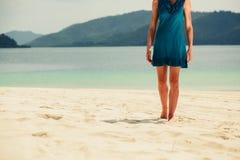 走在热带海滩的少妇 免版税库存图片