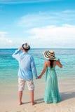 走在热带海滩马尔代夫的假期夫妇。 免版税图库摄影