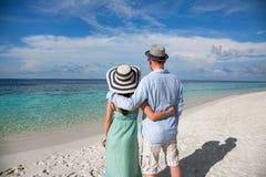 走在热带海滩马尔代夫的假期夫妇 免版税库存照片