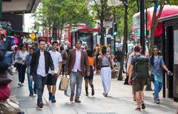 走在牛津街道的许多人,伦敦人的主要目的地购物的 现代生活概念 伦敦 免版税库存照片