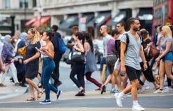 走在牛津街道的许多人,伦敦人的主要目的地购物的 现代生活概念 伦敦 免版税图库摄影