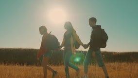 走在特性男孩女孩和妈妈的愉快的家庭蚊子进行缓慢运动视频一个领域的在迁徙的旅行 游人 股票录像