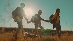 走在特性男孩女孩和妈妈的愉快的家庭蚊子进行缓慢运动视频一个领域的在迁徙的旅行 游人 影视素材