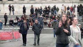 走在特拉法加广场-伦敦的人们-英国 股票视频