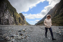 走在狐狸冰川足迹重要旅行的妇女旅客 库存照片