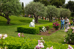 走在玫瑰中的访客在西万提斯停放 库存照片