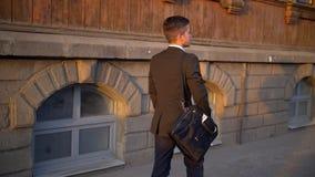 走在现代办公楼附近的可爱和确信的商人 股票录像