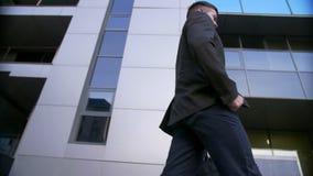 走在现代办公楼附近的可爱和确信的商人 股票视频