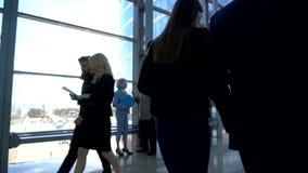 走在玻璃大厦的商人 股票视频
