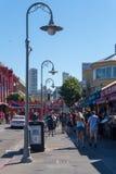 走在码头39和Embarcadero街道区域附近 拥挤码头39在旧金山美国 库存照片