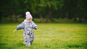 走在秋天公园的一个儿童小女孩:跑在草甸,慢动作的婴孩 影视素材