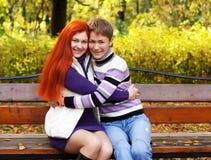 走在秋天公园的俏丽的女孩 图库摄影
