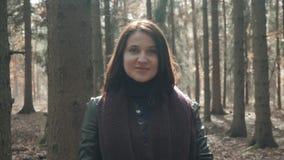 走在秋天公园的年轻美丽的妇女画象  走在秋天的,生活方式概念森林里的女孩 免版税库存图片