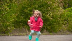 走在秋天公园的愉快的女婴 股票录像