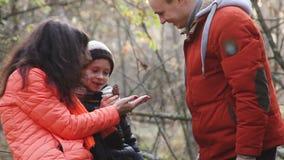 走在秋天公园的愉快的家庭 股票录像