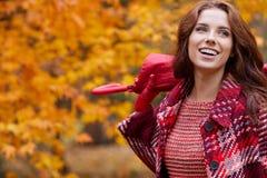 走在秋天公园的时尚妇女 免版税库存照片