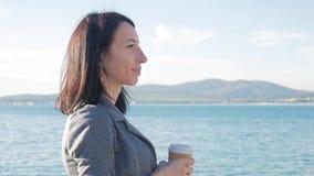 走在秋天冷的海和饮料咖啡附近的年轻人和美女 欧洲旅行目的地 游人 股票录像