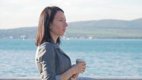 走在秋天冷的海和饮料咖啡附近的年轻人和美女 欧洲旅行目的地 游人 影视素材