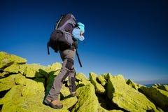 走在秋天山的远足者 免版税库存图片