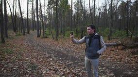 走在秋天森林游人的成人人在一个新的地方做照片 股票视频