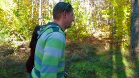 走在秋天森林里的愉快的年轻家庭 影视素材