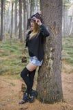 走在秋天森林里的美丽的女孩 库存照片