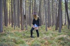 走在秋天森林里的美丽的女孩 库存图片