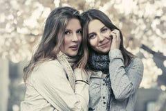 走在秋天的两个年轻时尚青少年的女孩停放 库存照片
