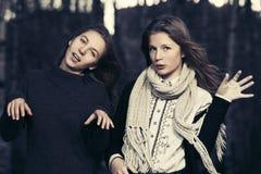 走在秋天的两个年轻时尚青少年的女孩停放 免版税图库摄影