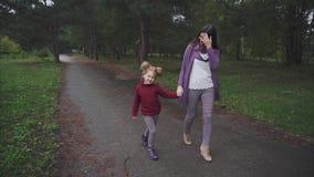 走在秋天的妈咪和女儿停放 股票视频