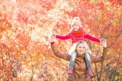 走在秋天的愉快的家庭 图库摄影