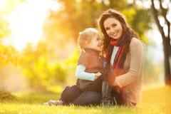 走在秋天的母亲和女儿停放 秀丽自然sc 免版税库存图片