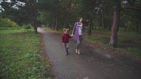 走在秋天的母亲和女儿停放 股票录像