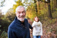 走在秋天自然的一对资深夫妇的画象 图库摄影