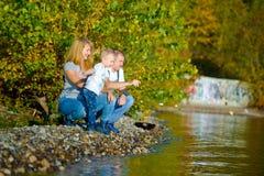 走在秋天自然的愉快的家庭 免版税库存图片