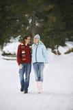 走在积雪的道路的夫妇 库存图片