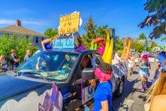 走在第39个每年Provincetown狂欢节神和女神的人们在商业街上游行在Provincetown, Massachusett 免版税图库摄影