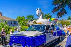 走在第39个每年Provincetown狂欢节神和女神的人们在商业街上游行在Provincetown, Massachusett 库存图片