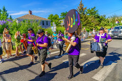 走在第39个每年Provincetown狂欢节神和女神的人们在商业街上游行在Provincetown, Massachusett 图库摄影