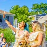 走在第39个每年Provincetown狂欢节神和女神的人们在商业街上游行在Provincetown, Massachusett 库存照片