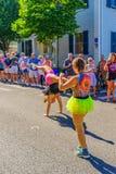 走在第39个每年Provincetown狂欢节神和女神的人们在商业街上游行在Provincetown, Massachusett 免版税库存照片