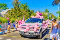 走在第39个每年Provincetown狂欢节神和女神的人们在商业街上游行在Provincetown, Massachusett 免版税库存图片