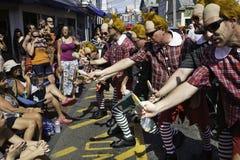走在第37个每年Provincetown狂欢节队伍的人们在Provincetown,马萨诸塞 免版税库存图片