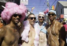 走在第37个每年Provincetown狂欢节队伍的人们在Provincetown,马萨诸塞 图库摄影